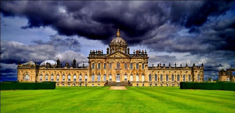 Immense château baroque situé au nord-est de York, construit avec deux ailes symétriques : il est renommé pour ses jardins.