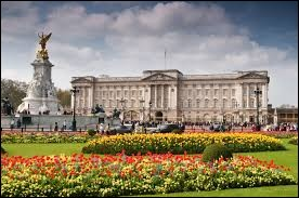 Depuis 1837, il est la résidence officielle de la famille royale britannique. La reine Victoria a été la première à y résider et il est la résidence officielle de la reine Elizabeth II à Londres.