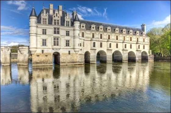 Élégant château de la Renaissance, qui doit beaucoup de son architecture aux grandes dames de l'histoire. Catherine de Médicis y fera édifier la galerie à deux étages sur le pont qui enjambe le Cher.