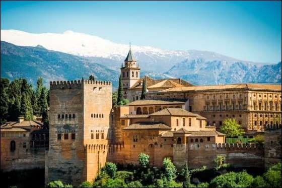 Son nom veut dire château rouge, il domine Grenade en Espagne et témoigne de l'influence arabe des Maures sur son architecture. Avec ses bains et sa Cour des Lions, il est plus qu'un ravissant palais.