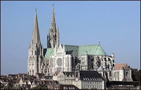 Quelle ville d'Eure-et-Loir est connue pour sa cathédrale gothique ?