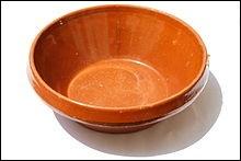 Comment appelle-t-on ce récipient en terre cuite, en forme de cône tronqué, à l'origine du célèbre cassoulet ?