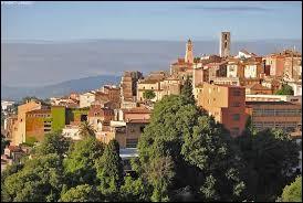 Quelle ville française est réputée pour son industrie du parfum et possède une école de formation de nez ?