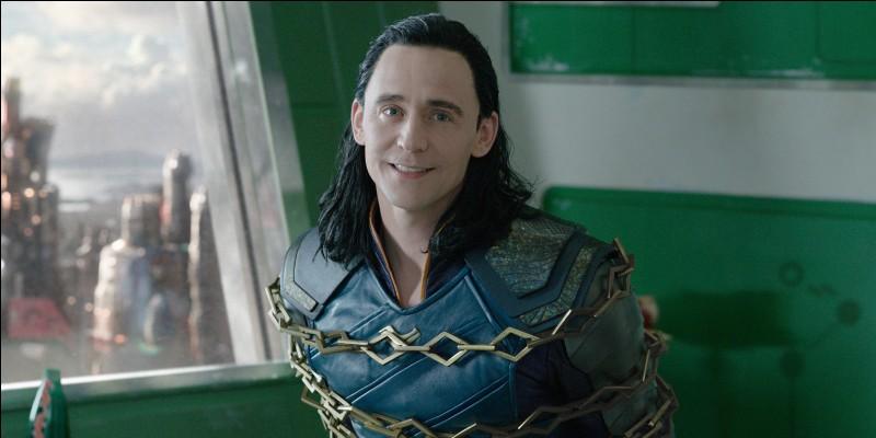 Thor envoie un objet sur la tête de Loki lorsque la Valkyrie le tient en otage. Pourquoi ?