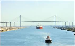 Quelle mer est reliée à la mer Méditerranée par le canal de Suez ?