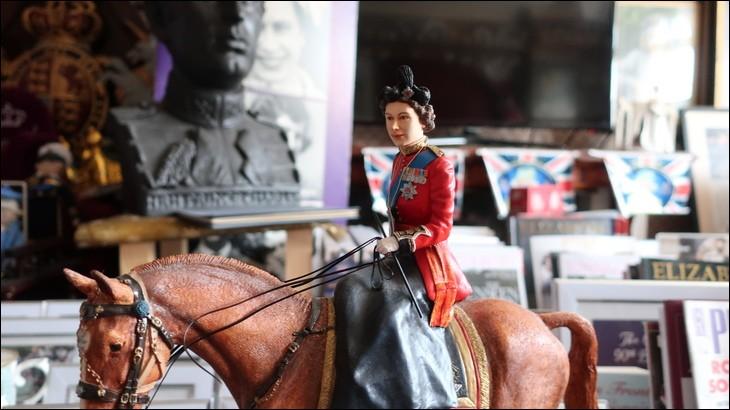 Rien de bien compliqué pour reconnaître qui est ainsi représentée en poupée, la fille d'une écossaise et d'un anglais, mariée à un prince grec et danois, adoratrice des chiens et des chevaux. Qui est-ce?