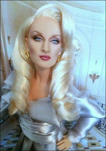 Cette poupée représente une blonde fatale, dans un film sur une actrice ne voulant pas vieillir, allant jusqu'à recourir à une drôle de magie pour cela. Quelle actrice est ainsi représentée?