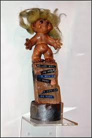 Cette poupée plutôt moche et très décoiffée, à l'allure de troll, est elle-même une célébrite. Elle a une fonction particulière et importante pour certains personnages célébrissimes de l'écran. Laquelle?