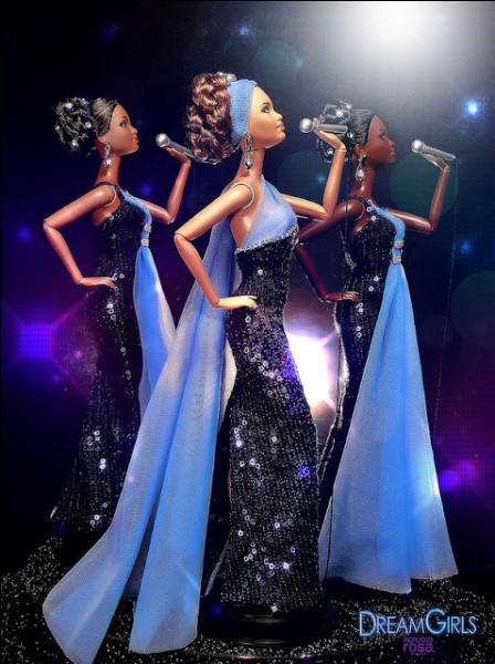 Ces poupées sont au nombre de trois, très élégamment vêtues, et représentent de célèbres chanteuses. L'une d'entre elles a fait ensuite une carrière solo extraordinaire. De qui s'agit-il ?