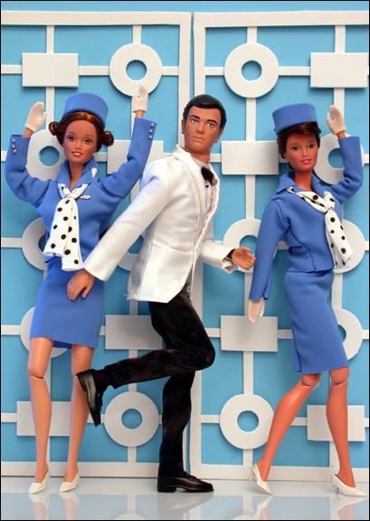Ces trois poupées semblent sorties du film représenté ici, l'une est l'acteur principal, les deux autres sont les hôtesses de l'air intervenant dans le film. Qui est l'acteur que représente la poupée masculine?