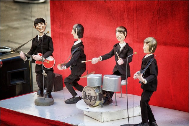 Ces poupées sont manifestement musiciennes, et pas très difficiles à reconnaître pour la génération qui a adoré la rupture de ton incroyable que ce groupe a apportée. Qui sont-ils?
