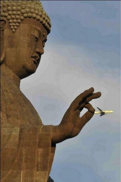 De quoi est recouvert le bouddha de 30 mètres de haut d'un temple au Sri Lanka ?
