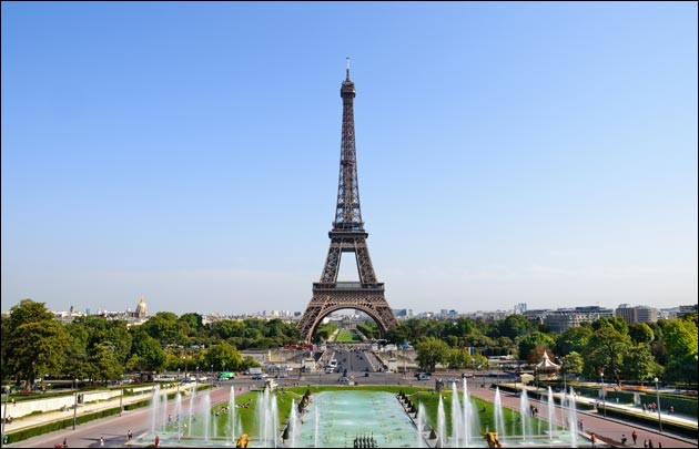 Nous sommes tout en __ de la tour Eiffel.