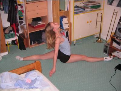 La gymnaste exécute :