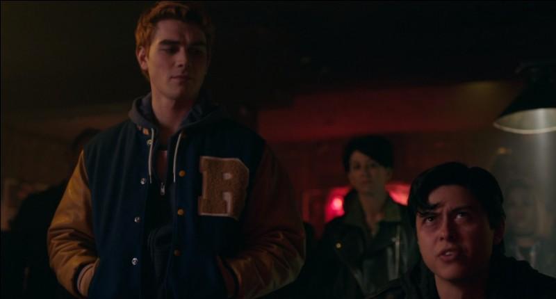 Que décide de faire Archie pour sauver la vie des Serpents, alors que Hiram est en train d'élaborer son plan ?