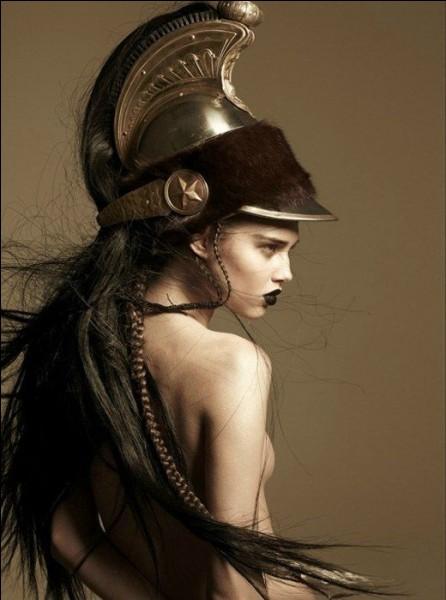 Déesse protectrice et conseillère des héros comme Héraclès, Jason, Bellérophon, Ulysse. Qui est-elle ?