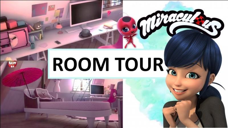 Combien de tiroirs la commode rose dans la chambre de Marinette a-t-elle ?