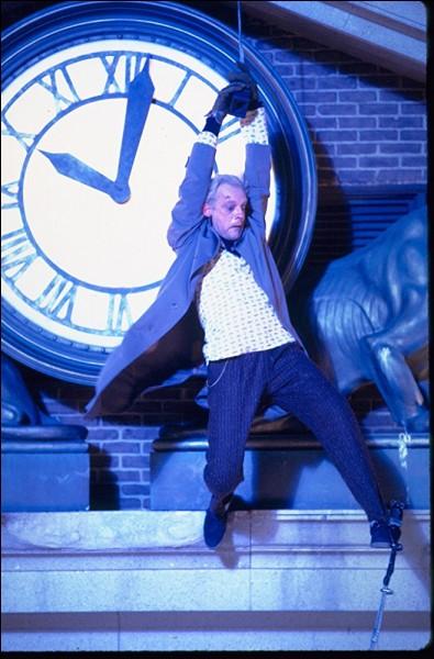 L'horloge de la ville a stoppé sa course, frappée par la foudre. A quelle heure précise, car cette information est capitale pour le Doc et pour Marty ?