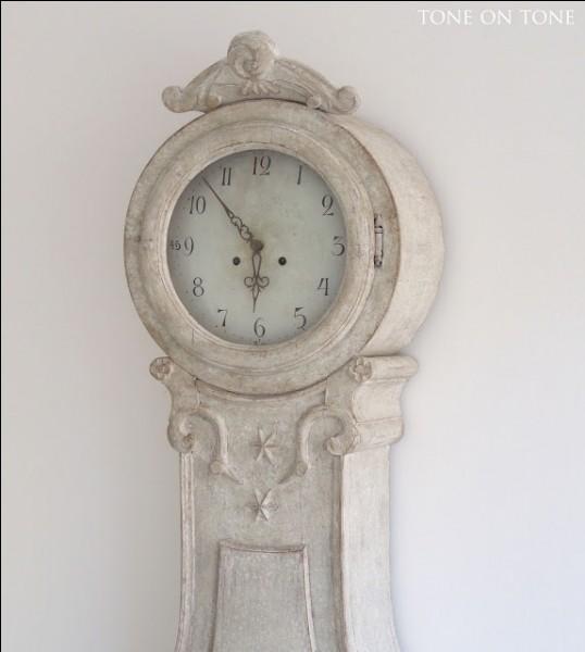 Il est un poète célèbre français qui raconte la fuite du temps par l'évocation d'une sorte d'horloge à eau, la clepsydre. Qui est-il ?