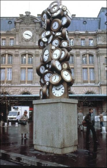 Quel artiste mondialement connu a réalisé une sculpture en accumulation de montres, intitulée L'heure de tous ?