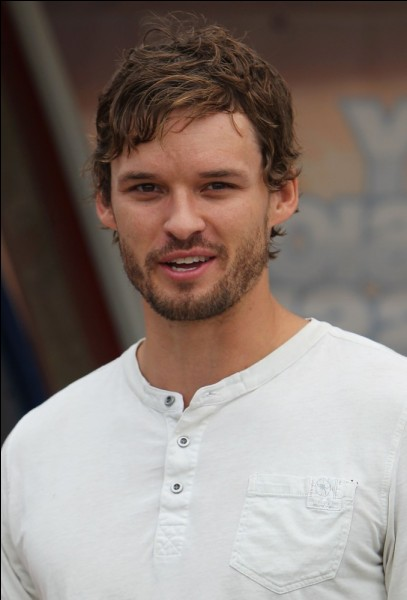 Quel acteur joue le rôle de Julian Baker ?
