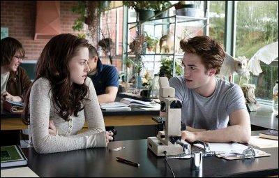 Lors de son premier cours de bio, de quelle couleur est le manuel de Bella ?