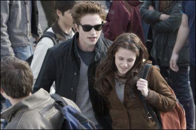 Quand Edward et bella viennent ensemble au lycée qu'elle remarque fais Bella ?