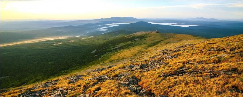 L'Oural est une chaîne de montagnes marquant la limite géographique entre l'Europe et l'Asie.