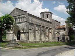 Notre balade commence devant l'église Saint-Eutrope de Biron. Village Charentais-Maritime, il se situe en région ...
