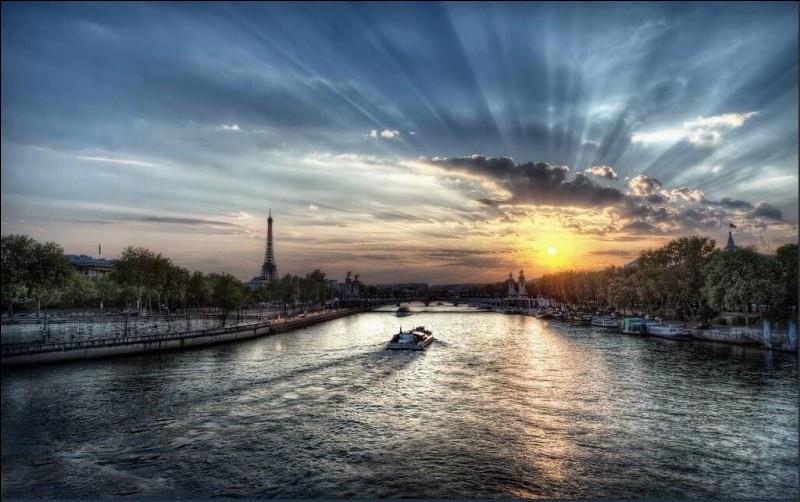 Comment s'appelle le fleuve qui traverse Paris ?