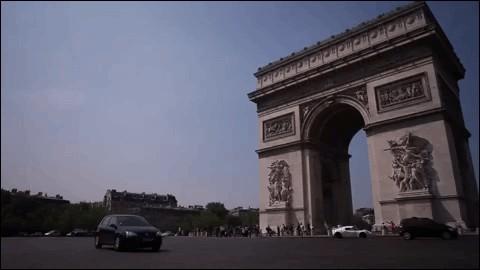 La grande avenue qui aboutit à l'Arc de Triomphe s'appelle...