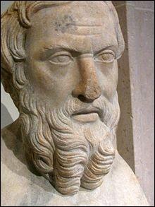 Cicéron le qualifie de ''Père de l'Histoire'' : il est le premier (480 à 425) à avoir décrit si authentiquement les us et coutumes des peuples de la Méditerranée, faisant ainsi démonstration de ses voyages et de ses connaissances en géographie comme en anthropologie. C'est :