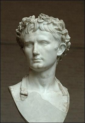 Il est né (-63- +14) sous le nom de Caius Octavius. Successeur de César, il est le premier empereur de Rome. Il concentra en sa personne tous les pouvoirs et il fut le seul décideur. La superficie de l'Empire romain s'accrut sensiblement :