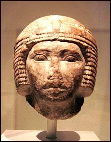 Pharaon égyptien qui vécut de 2590 à 2565 av. J.-C. Il est considéré par certains comme l'un des plus grands bâtisseurs de l'Antiquité. Sa grande pyramide à Gizeh, a été érigée avec l'aide d'artisans bien nourris, soignés et le cliché des esclaves menés au fouet fait école ancienne. C'est :