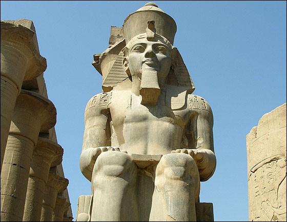 Ce pharaon (1304-1213), est le second de son nom et son règne est d'une durée exceptionnelle pour l'époque. Grand bâtisseur, les monuments qu'il fit construire à Louxor comme à Karnak, et les colosses, comme sur la photo à Louxor ou ceux, très impressionnants, sur la façade du splendide temple d'Abou-Simbel, constituent autant de témoins de son illustre vie. Il s'agit de :
