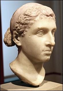 Reine d'Égypte (entre 51 et 30), elle était issue de la dynastie des Ptolémée. Elle a vécu près de Jules César et Marc Antoine, avec lesquels elle eut des enfants. Elle était polyglotte et elle était aussi la seule de sa dynastie à avoir la décence de parler égyptien. Elle possédait toute une personnalité et était fort courageuse :