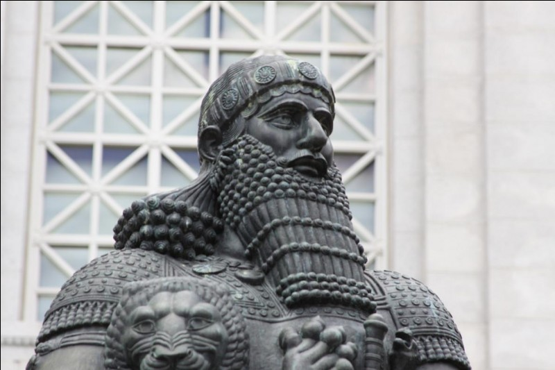 Sixième roi de la première dynastie babylonienne, au règne particulièrement long (1792-1750 av. J.-C.). Célèbre pour ses accomplissements militaires et politiques, il est surtout passé à l'histoire pour son fameux code de lois, l'un des plus ancien connus :