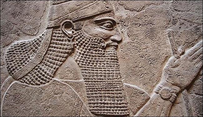 Ce roi guerrier assyrien (régne de 883-859) reconstitue peu à peu l'ancien territoire mésopotamien et fait de son État une puissance dont il fallait tenir compte au Proche-Orient. Il a été le premier roi, en 300 ans, à atteindre la Méditerranée (Phénicie). C'est :