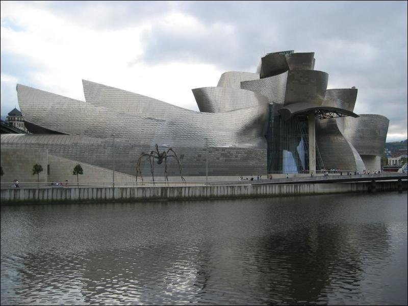Le musée Guggenheim et une œuvre contemporaine de l'Américain Frank O. Gehry.