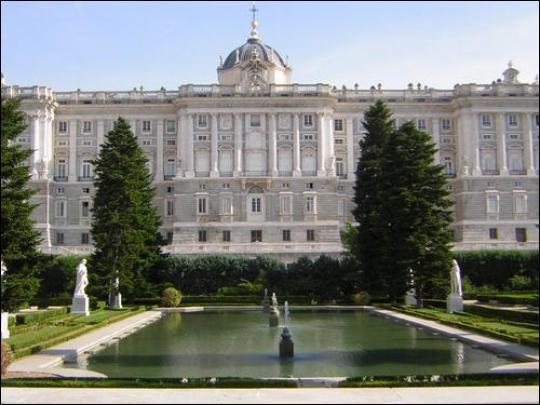 Le palais royal aussi appelé palais d'Orient se trouve dans la ville de...