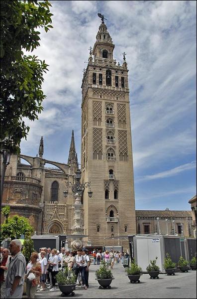 Voici la Giralda, une seconde mosquée convertie en cathédrale après la Reconquista.