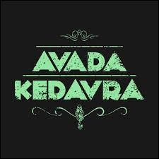 Qui a été le premier (à part Voldemort) à vouloir lancer l'avada kedavra sur Harry ?