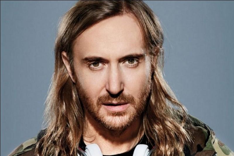 Les fans de David Guetta ont eu droit à un concert spécial durant lequel il avait l'air complètement ivre car ses yeux flottaient dans le vide.