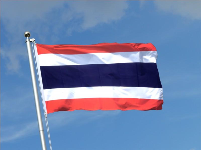 Le drapeau de quel pays a deux bandes rouges horizontales avec au milieu, deux bandes blanches et une large bleue ?