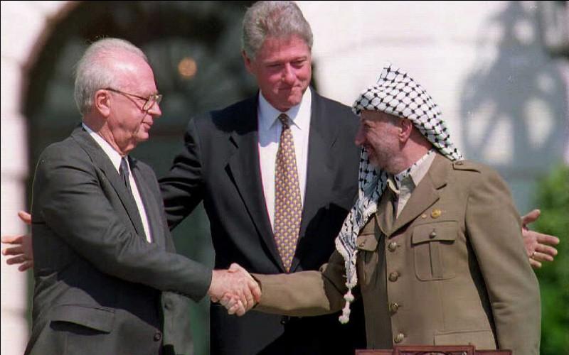 Qui a signé les accords d'Oslo en 1993 ?