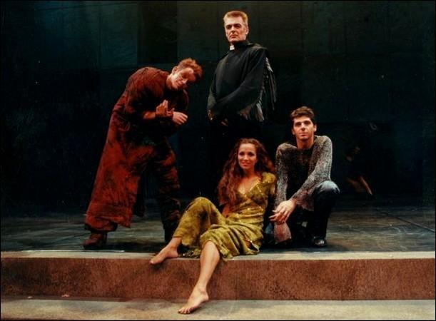 G - Qui interprète Quasimodo, le sonneur des cloches, amoureux de la belle Esmeralda dans la comédie musicale ''Notre-Dame de Paris'' ?