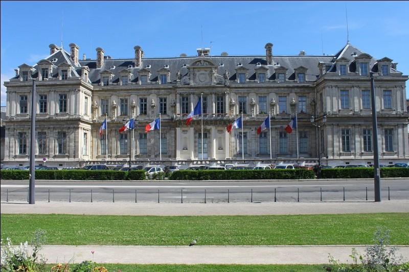 Sur quelle place se trouve la préfecture de Grenoble ?