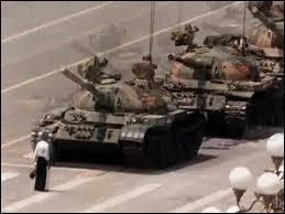 P : Dans quelle capitale a-t-on vu un homme sans armes arrêter la progression d'une colonne de 17 chars d'assaut ?