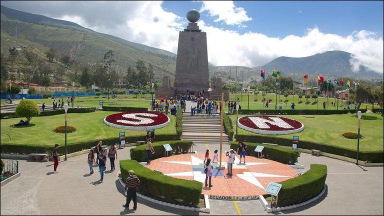 Q : Quelle étendue d'eau baigne les côtes du pays dont Quito est la capitale ?