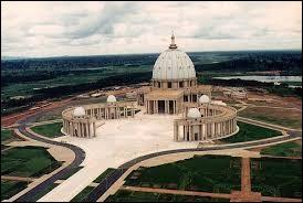 Y : Dans quelle capitale se trouve l'édifice religieux catholique le plus grand du monde ?